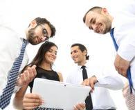 Бизнесмены в офисе имея переговор и используя цифровую таблетку Стоковое Изображение RF