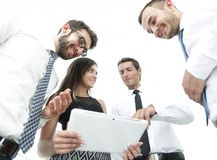 Бизнесмены в офисе имея переговор и используя цифровую таблетку Стоковая Фотография RF