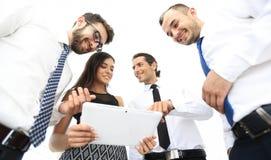 Бизнесмены в офисе имея переговор и используя цифровую таблетку Стоковые Изображения RF