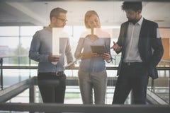 Бизнесмены в офисе имея переговор и используя technolo Стоковая Фотография RF