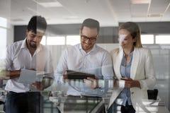 Бизнесмены в офисе имея переговор и используя technolo Стоковые Фотографии RF
