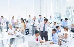 Бизнесмены в офисе на часе пик стоковое изображение rf
