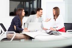 Бизнесмены в офисе проводя конференцию и обсуждая стратегии Стоковая Фотография
