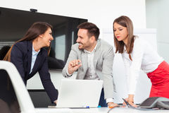 Бизнесмены в офисе проводя конференцию и обсуждая стратегии Стоковое Изображение RF
