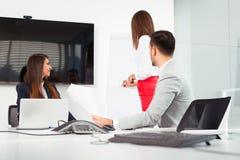 Бизнесмены в офисе проводя конференцию и обсуждая стратегии Стоковые Фотографии RF