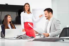 Бизнесмены в офисе проводя конференцию и обсуждая стратегии Стоковое Изображение