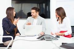Бизнесмены в офисе проводя конференцию и обсуждая стратегии Стоковая Фотография RF