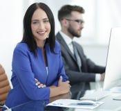 Бизнесмены в офисе работая на компьютере Стоковая Фотография