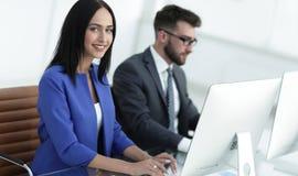 Бизнесмены в офисе работая на компьютере Стоковое Фото