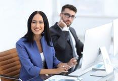 Бизнесмены в офисе работая на компьютере Стоковые Изображения RF
