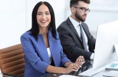 Бизнесмены в офисе работая на компьютере Стоковая Фотография RF