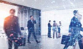Бизнесмены в офисе, цифровой сети стоковая фотография rf