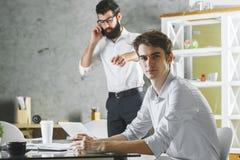 Бизнесмены в офисе Стоковое фото RF
