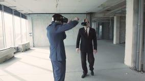 Бизнесмены в проекте трещины oculus наблюдая будущего здания сток-видео