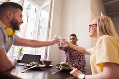 Бизнесмены в ресторане vegan Стоковые Фото