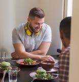 Бизнесмены в ресторане vegan Стоковое Изображение