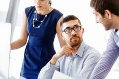 Бизнесмены в современном офисе стоковое фото rf