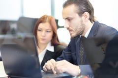 Бизнесмены в современном офисе Стоковое Изображение RF