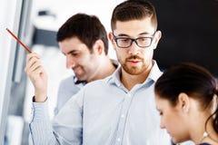Бизнесмены в современном офисе стоковое фото