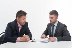 2 бизнесмены в элегантных костюмах, вожде и Стоковая Фотография