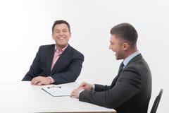 2 бизнесмены в элегантных костюмах, вожде и Стоковое Изображение RF