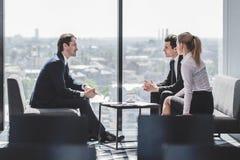 бизнесмены говорить Стоковые Фотографии RF