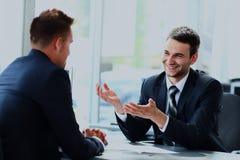 Бизнесмены говоря во время интервью в их офисе Стоковая Фотография