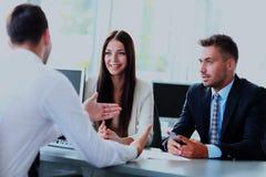 Бизнесмены говоря во время интервью в их офисе Стоковое Изображение