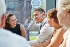 Бизнесмены говоря в встрече команды Стоковая Фотография RF
