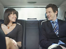 Бизнесмены говоря в заднем сиденье автомобиля Стоковое Изображение RF