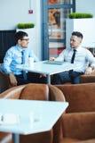 Бизнесмены говоря в кафе Стоковое Изображение