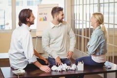 Бизнесмены говоря в конференц-зале Стоковое фото RF
