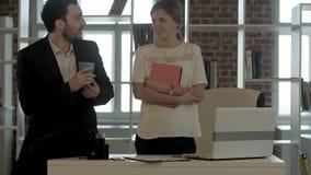 Бизнесмены говоря в офисе после работы, усмехаясь Стоковое Изображение RF