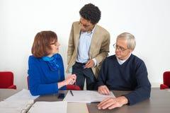 Бизнесмены говоря в офисе Стоковое Фото