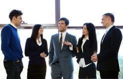 Бизнесмены говоря в офисе Стоковое фото RF