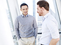 2 бизнесмены говоря в офисе Стоковое Изображение RF