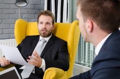 2 бизнесмены говоря в современном офисе Стоковая Фотография