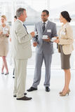 Бизнесмены говоря и выпивая кофе на конференции стоковые изображения rf
