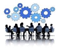 Бизнесмены говоря и символы шестерни Стоковые Фото