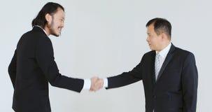 Бизнесмены говоря и и шли отдельно сток-видео