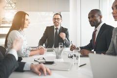 Бизнесмены говоря над новым запуском Стоковое фото RF