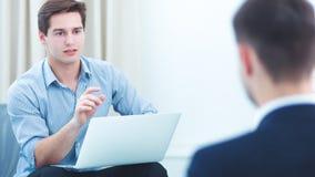 Бизнесмены говоря на встрече на офисе, усаживании Стоковые Изображения RF