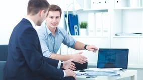 Бизнесмены говоря на встрече на офисе, усаживании Стоковое фото RF