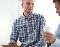Бизнесмены говоря на встрече на офисе Стоковые Изображения RF