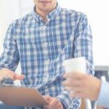 Бизнесмены говоря на встрече на офисе Стоковые Изображения