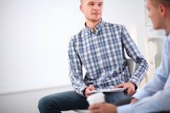 Бизнесмены говоря на встрече на офисе Стоковая Фотография RF