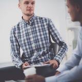 Бизнесмены говоря на встрече на офисе Стоковое Фото