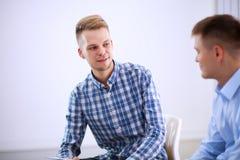 Бизнесмены говоря на встрече на офисе Стоковое Изображение