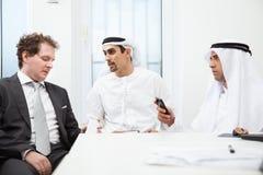 Бизнесмены говоря на встрече Стоковые Изображения