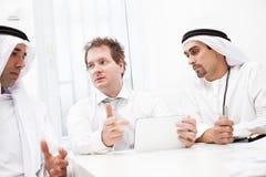 Бизнесмены говоря на встрече Стоковые Фото